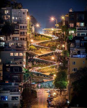 نمایی زیبا از خیابان لومبارد در شب، سان فرانسیسکو، آمریکا