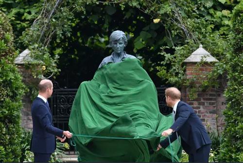 شاهزاده ها هری و ویلیام نوه های ملکه بریتانیا در حال رونمایی از مجسمه مادرشان