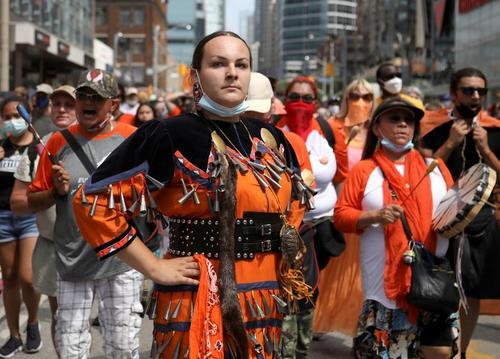 تظاهرات بومیان کانادا در اعتراض به کشف گورهای دسته جمعی کودکان بومی در این کشور/ تورنتو/ رویترز