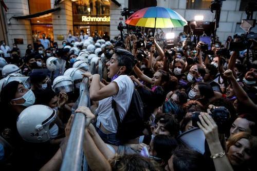 تظاهرات فعالان حقوق زنان در شهرهای استانبول و آنکارا ترکیه در اعتراض به خروج دولت ترکیه از پیمان منع خشونت علیه زنان/ رویترز و خبرگزاری فرانسه