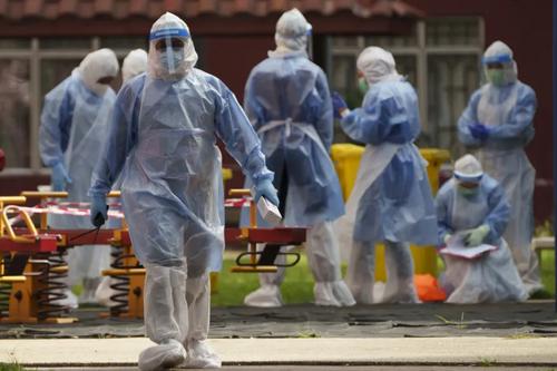کارکنان بهداشتی در یک منطقه قرنطینه شده در حومه شهر کوالالامپور مالزی از بیم گسترش نوع دلتا ویروس کرونا/ آسوشیتدپرس