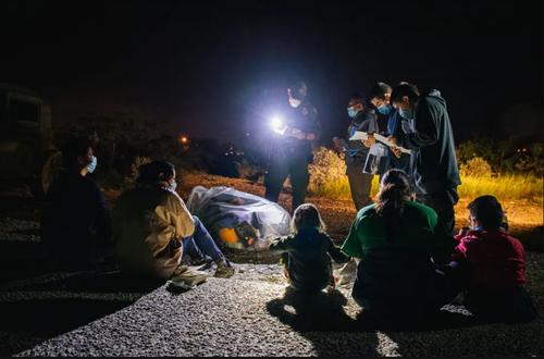نیروهای مرزبانی ایالات متحده آمریکا در حال ثبت مشخصات پناهجویان پس از عبور آنها از مرز تگزاس و ورود به خاک آمریکا/ گتی ایمجز