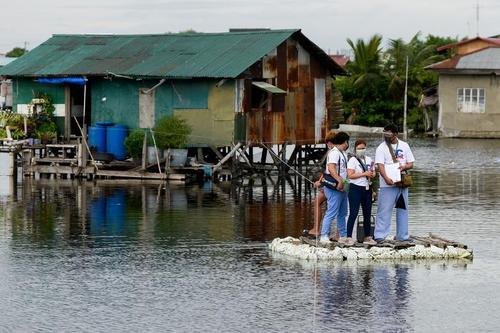 واکسیناسیون خانه به خانه کرونا در مناطق حومه ای در شهر مانیل فیلیپین/ رویترز