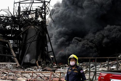 آتش گرفتن یک کارخانه پلاستیک در حومه شهر بانکوک تایلند/ رویترز