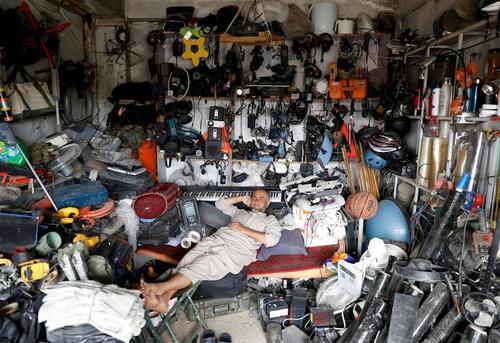 مغازه یک شهروند افغانستانی که در نزدیکی پایگاه هوایی بگرام در شمال شهر کابل افغانستان کالاهای دست دوم آمریکایی می فروشد./ رویترز