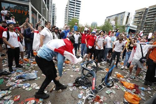 طرفداران تیم ملی فوتبال انگلیس در اطراف استادیوم ویمبلی لندن و در بازی فینال یورو 2020 بین دو تیم فوتبال ایتالیا و انگلستان/ رویترز