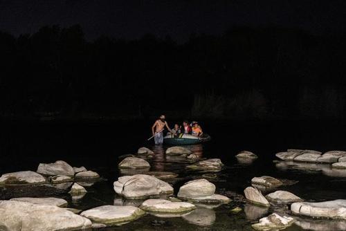 عبور شبانه پناهجویان آمریکای مرکزی از عرض رودخانه مرزی