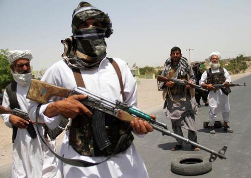 سازمان یافتن نیروهای بسیج مردمی برای مقابله با شبه نظامیان طالبان در شهر هرات افغانستان/ رویترز