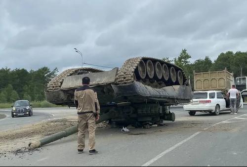 افتادن یک تانک از روی وسیله نقلیه هنگام انتقال / روسیه/ ایتارتاس