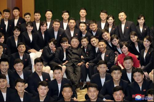 دیدار اعضا گروه های مختلف هنری کره شمالی با رهبر این کشور در پیونگ یانگ/ خبرگزاری رسمی کره شمالی