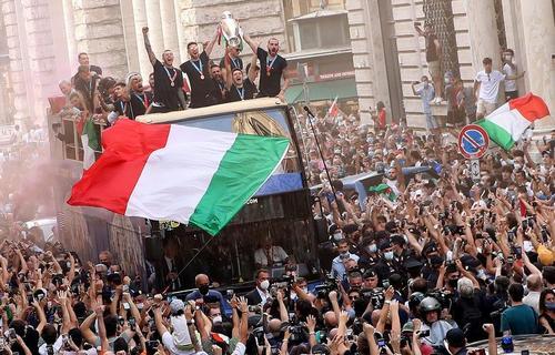 استقبال مردم از تیم ملی فوتبال ایتالیا (قهرمان یورو2020) در شهر روم/ رویترز