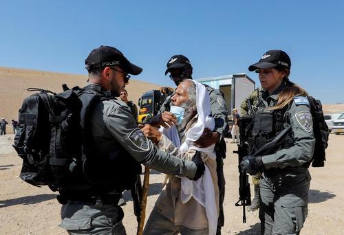 درگیری نیروهای اسراییلی با یک پیرمرد فلسطینی در نزدیکی یک کلینیک درمانی در