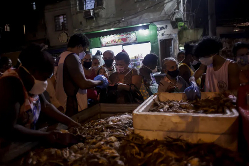 توزیع خرچنگ از سوی یک خیریه بین مردم شهر ریودوژانیرو برزیل/ آسوشیتدپرس