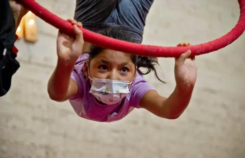 تمرین یک دختر نوجوان عضو یک سیرک در مکزیک/ خبرگزاری فرانسه