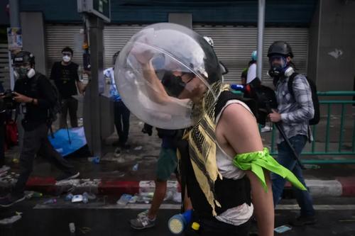 پوشیدن حباب محافظ از گار اشک آور از سوی یک دانشجوی معترض در جریان اعتراضات دانشجویی ضددولتی در شهر بانکوک تایلند/ گتی ایمجز
