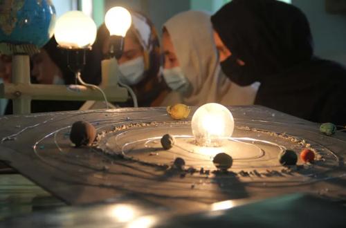 کلاس نجوم مدرسه ای در شهر هرات افغانستان/ EPA