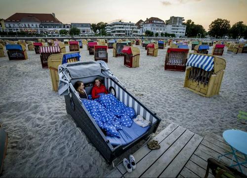 امکان خواب شبانه تابستانی در ساحل یک هتل در منطقه دریای بالتیک آلمان برای گردشگران/ آسوشیتدپرس