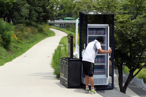 نصب یخچال محتوی بطری های خنک آب برای استفاده مردم در گرمای تابستان در پارکی در شهر سئول کره جنوبی/ یونهاپ