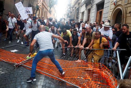 اعتراضات و تظاهرات در شهر روم ایتالیا علیه طرح پاسپورت واکسیناسیون کرونا به عنوان مجوزی برای سفر اتباع اتحادیه اروپا/ رویترز