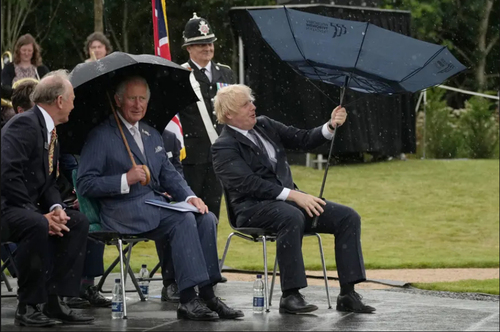 برعکس شدن چتر نخست وزیر بریتانیا در یک مراسم رسمی/ PA