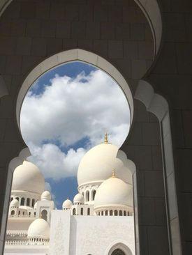 نمایی از مسجد جامع شیخ زائد در شهر ابوظبی مرکز امارات متحده عربی/ گلف نیوز