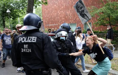 اعتراضات در شهر برلین آلمان علیه محدودیت های کرونایی وضع شده از سوی دولت/ رویترز