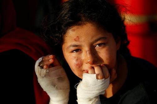 نجات یافتگان از قایق آتش گرفته پناهجویان در دریای مدیترانه/ رویترز