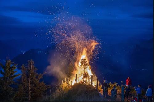 روشن کردن آتش در جشن روز ملی سوئیس در کوه