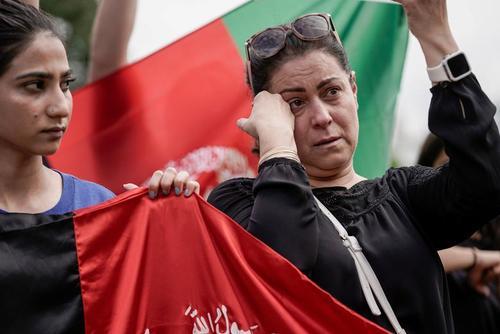 تظاهرات شهروندان افغان مقیم پایتخت آمریکا در مقابل کاخ سفید در اعتراض به خروج نیروهای آمریکا از افغانستان و تسلیم کشور به طالبان/ رویترز