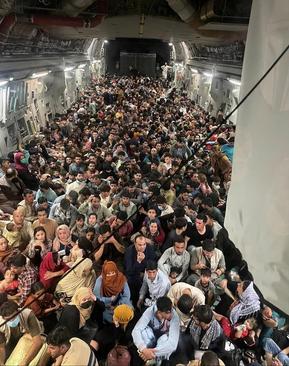 سوار کردن 640 شهروند افغانستان در محفظه بار هواپیمای ترابری ارتش آمریکا برای خارج کردن آنها از فرودگاه کابل / دیفنس وان