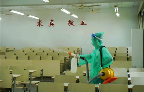 ضدعفونی کردن دانشگاه هانگژو چین پیش از آغاز ترم جدید/ گتی ایمجز