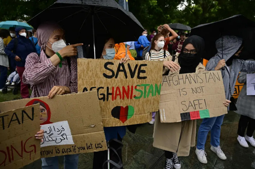 تظاهرات در حمایت از پناهجویان افغانستانی در مقابل مقر صدراعظمی در شهر برلین آلمان/ خبرگزاری فرانسه
