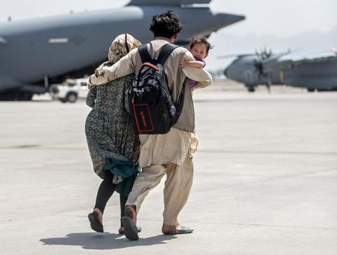 خروج شهروندان افغانستان با هواپیماهای ترابری نظامی از فرودگاه کابل/ رویترز