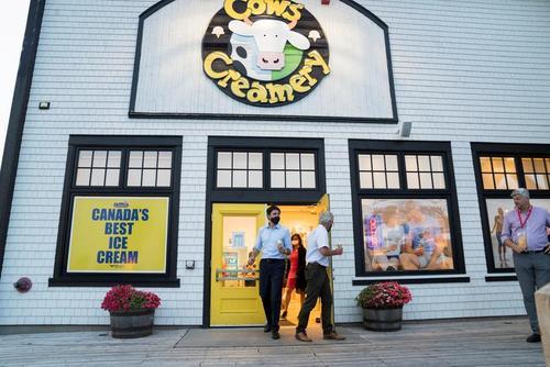نخست وزیر کانادا در یک بستنی فروشی در جزیره