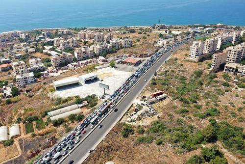 صف چند کیلومتری یک پمپ بنزین در لبنان/ رویترز