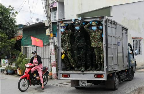 نیروهای ارتش ویتنام در حال توزیع غذا در یک محله قرنطینه شده به خاطر شیوع ویروس کرونا در شهر