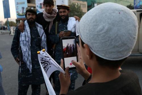 نوجوان حامی طالبان در حال عکس گرفتن از شبه نظامیان طالبان در شهر کابل/ وانا
