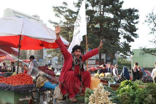 نصب پرچم طالبان در یک بازار صیفی جات در شهر کابل/ وانا
