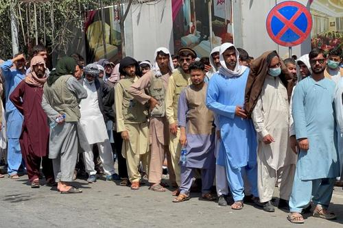 صف یک بانک در شهر کابل. شهروندان افغانستان سپرده های خود را از بانک ها بیرون می کشند./ رویترز