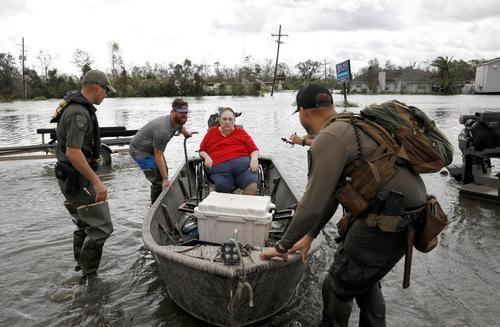 عملیات امداد به سیلزدگان توفان