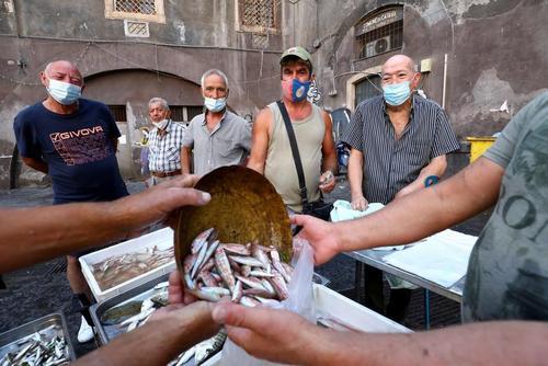 خرید از بازار ماهی شهر سیسیل ایتالیا/ رویترز