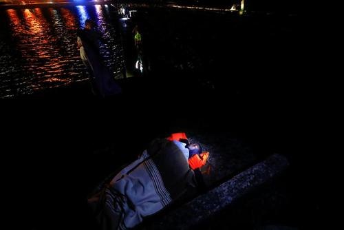 خواب یک پناهجو در ساحل جزیره قناری اسپانیا/ رویترز
