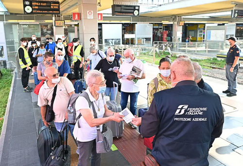 کنترل گواهی سلامت (کارت واکسیناسیون) مسافران در ایستگاه قطار شهر تورین ایتالیا/ EPA