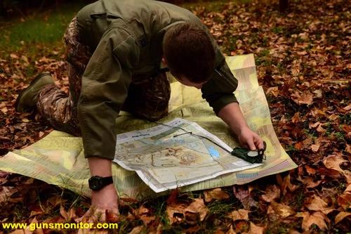 یک خلبان نیروی هوایی آمریکا در حال بررسی نقشه طی دوره SERE در پایگاه نیروی هوایی لانگلی در ویرجینیا دیده می شود.