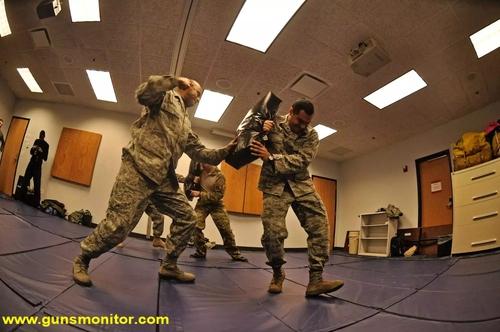 سربازان نیروی هوایی آمریکا در حال انجام تمرینات دفاع شخصی طی بخش رزمی دوره SERE در پایگاه نیروی هوایی اسکات در ایلینوی دیده می شوند.