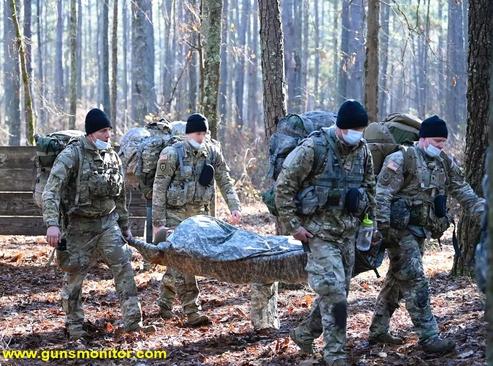 دانشجویان دانشکده و مرکز جنگاوری ویژه جان اف کندی ارتش آمریکا در حال حمل یک بیمار شبیه سازی شده طی مرحله بقای سطح سی دوره SERE در کمپ مککال در کارولینای شمالی دیده می شوند.