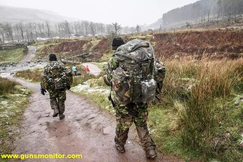 سربازان انگلیسی در حال پشت سر گذاشتن فَن دَنس، یک راهپیمایی 24 کیلومتری در دوره انتخابی اسایاس، بر فراز بلندترین قله در جنوب ولز دیده می شوند.