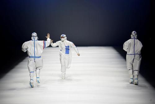 مدل ها با لباس های محافظتی در برابر کرونا در هفته مد پکن/ رویترز