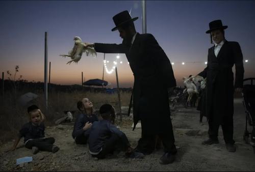 مرد یهودی ارتدوکس با اجرای مراسم آیینی مراسم