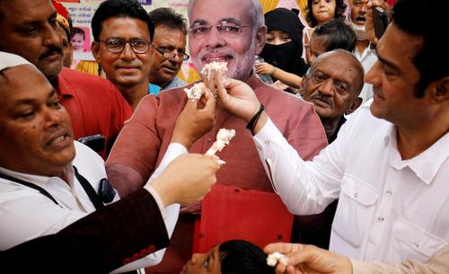 کیک تولد هفتادویک سالگی نارندا مودی نخست وزیر هند در شهر احمدآباد/ رویترز